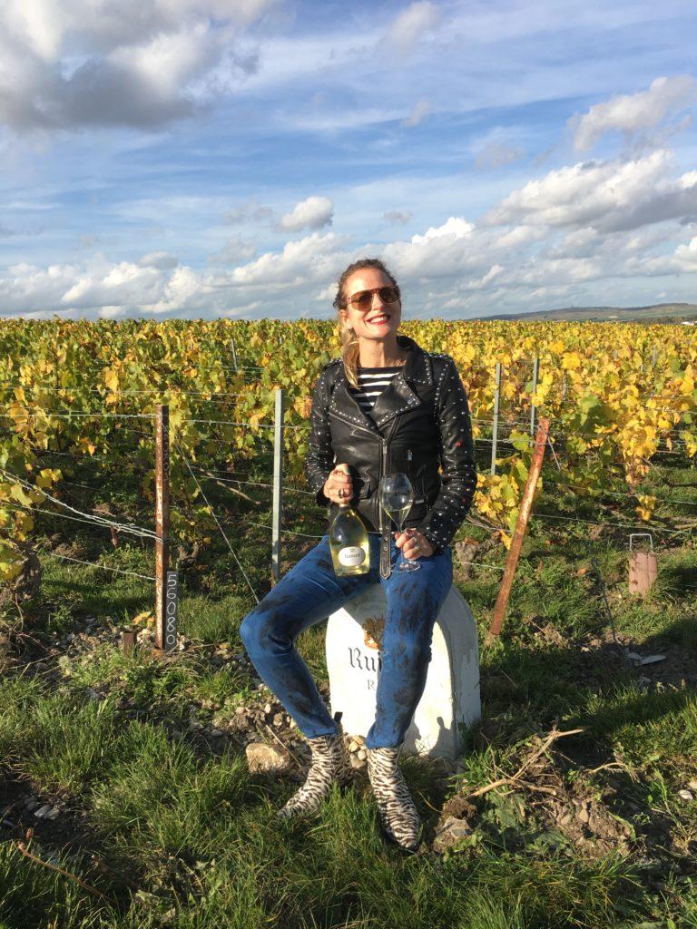 winerebel in wijngaard met champagne