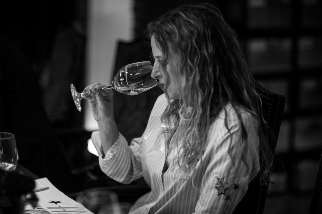 winerebel ruikt aan wijnglas