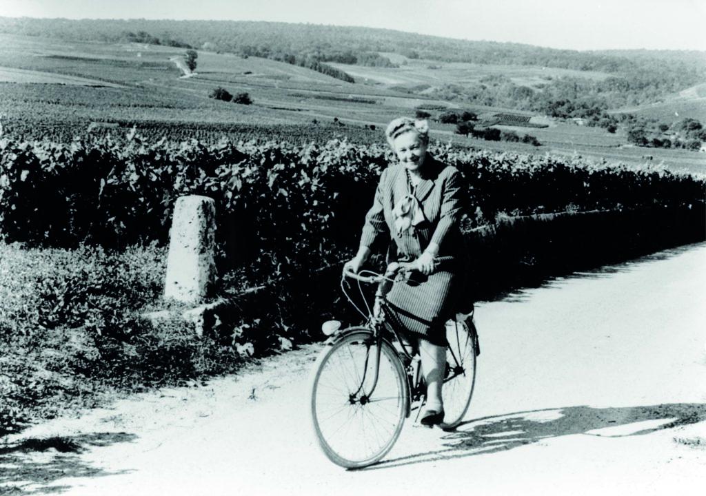 Lilly Bollinger fietst door de wijngaarden