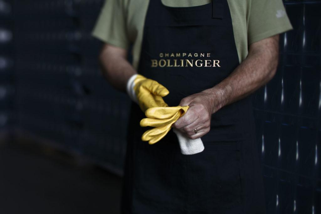 Een medewerker van Bollinger