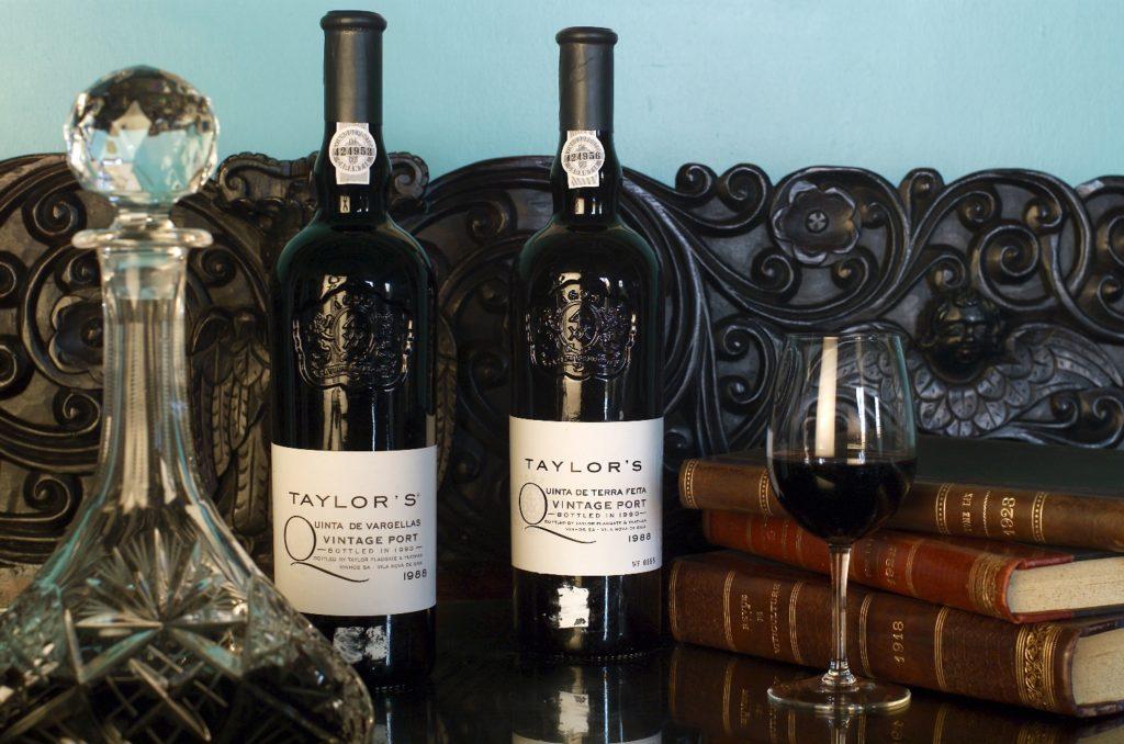 twee flessen vintage port met decanteerder