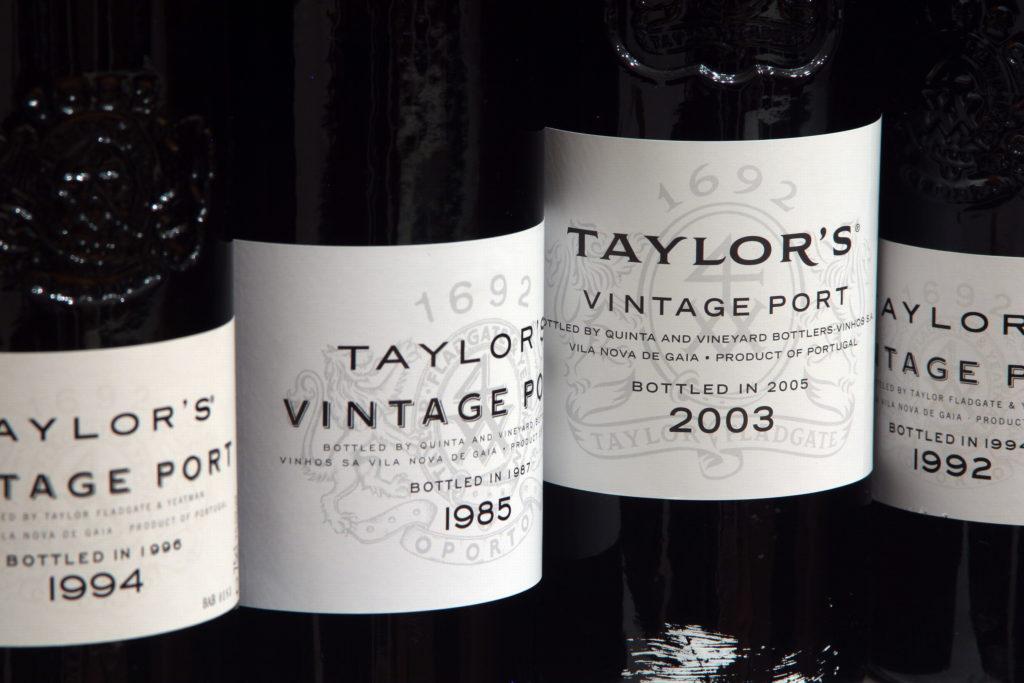 vier flessen vintage port op een rij