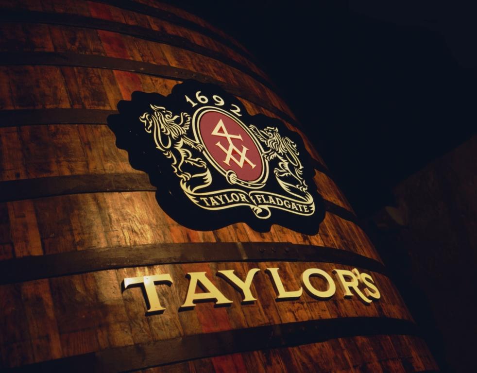een groot houten fust van Taylor's