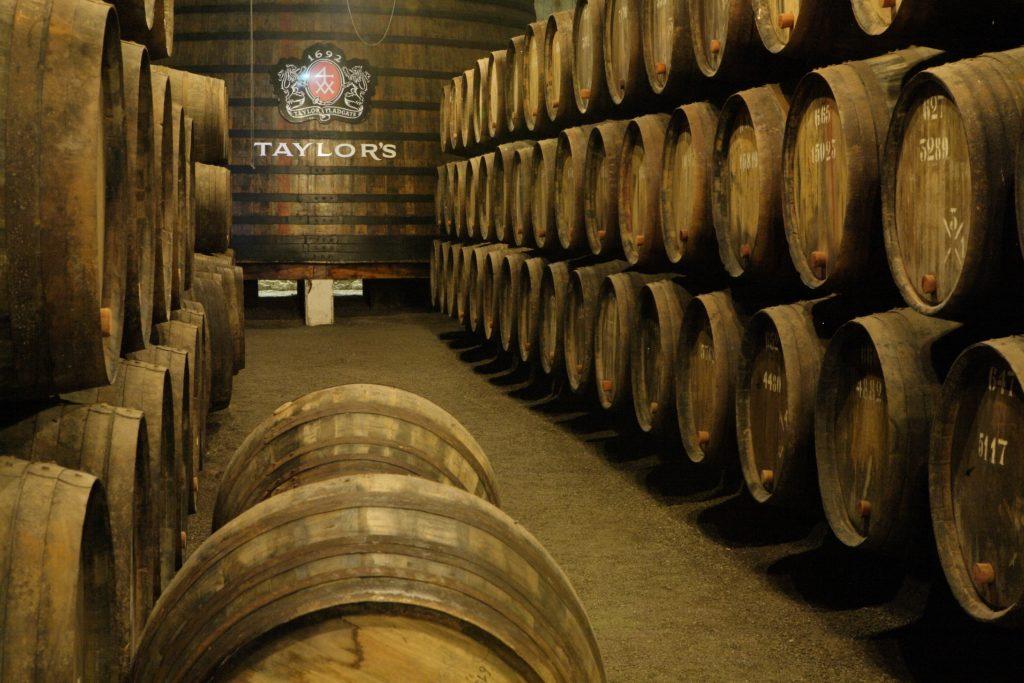 houten vaten in de kelder van Taylor's