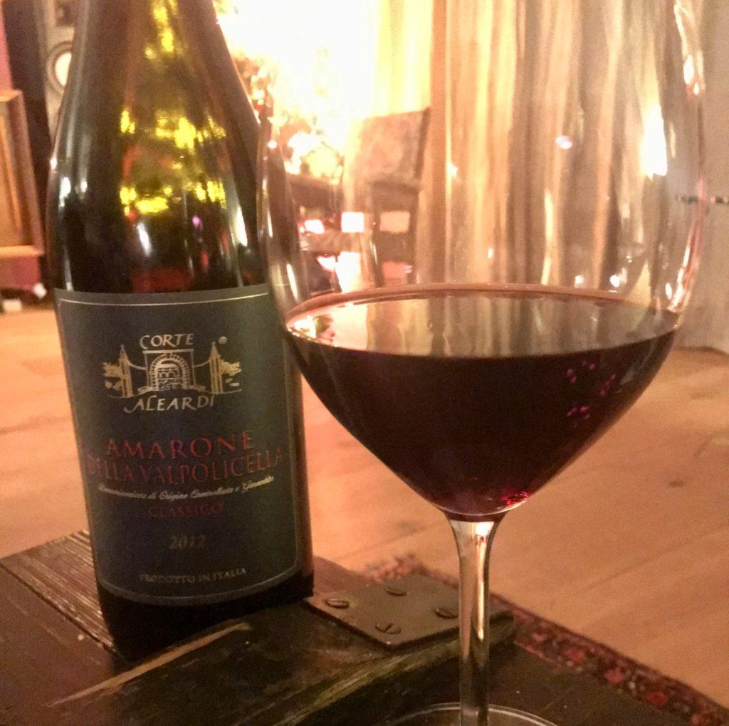 een fles Amarone met daarbij een gevuld glas