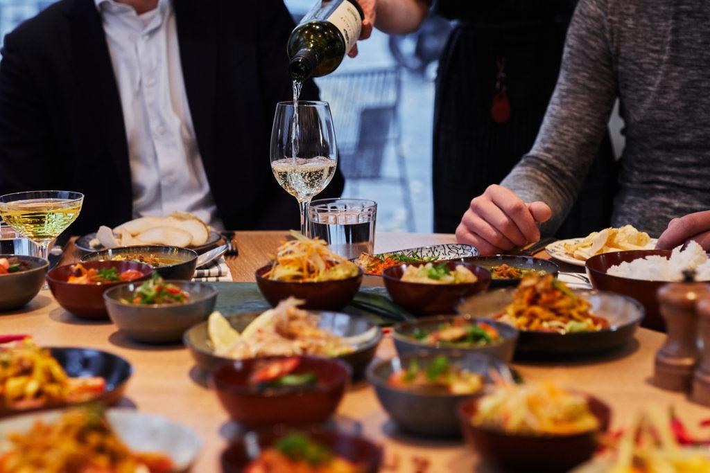 vegan-wijn wordt uitgeschonken aan een tafel vol hapjes