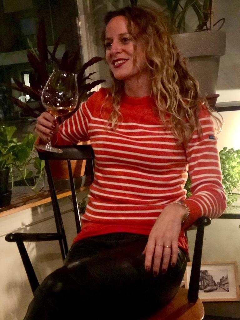 vrouw met glas wijn bij wijnbar 4850, een van de beste wijnbars van Amsterdam