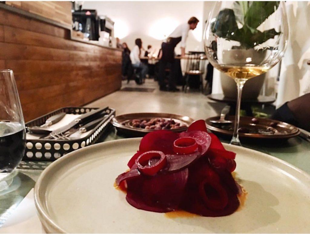 eten bij wijnbars: tartaar met biet