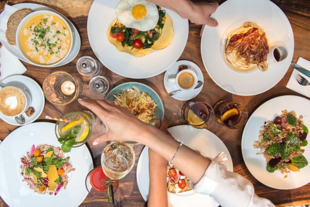 Dry January is ene tafel voor eten en cocktails bij Brooks