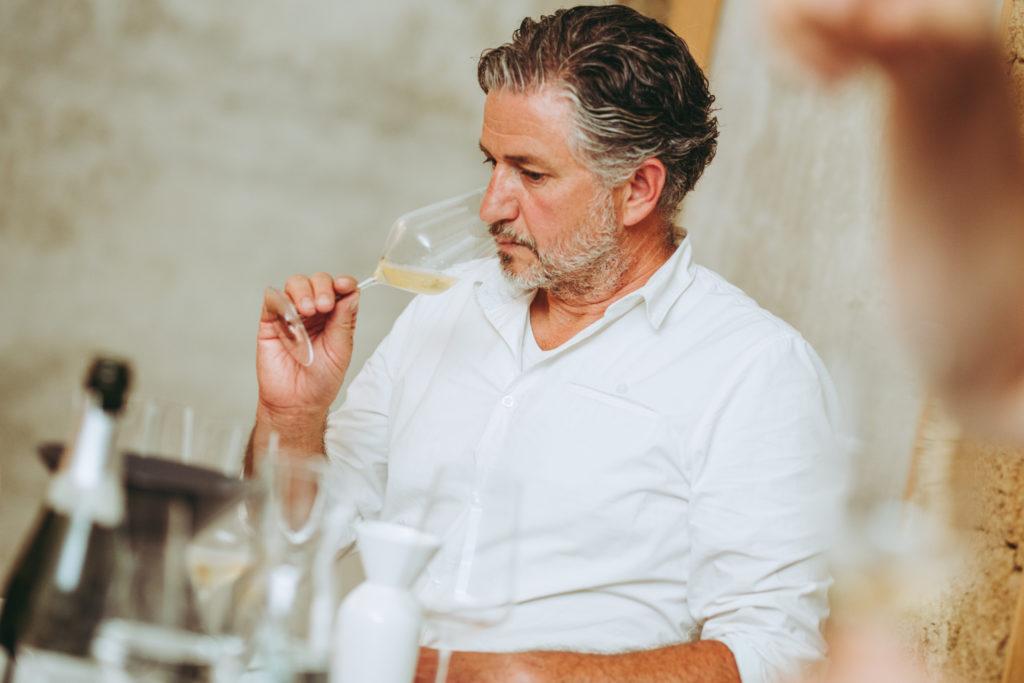 Wijnmaker Loimer ruikt aan zijn glas