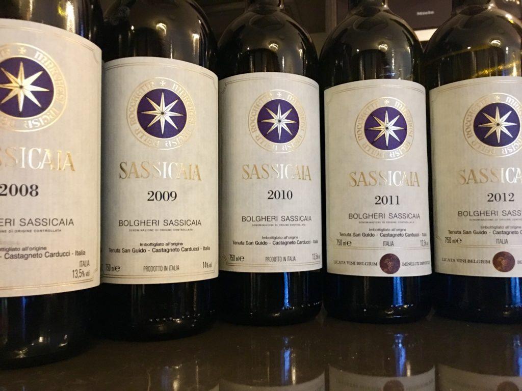 vijf flessen Sassicaia op een rij