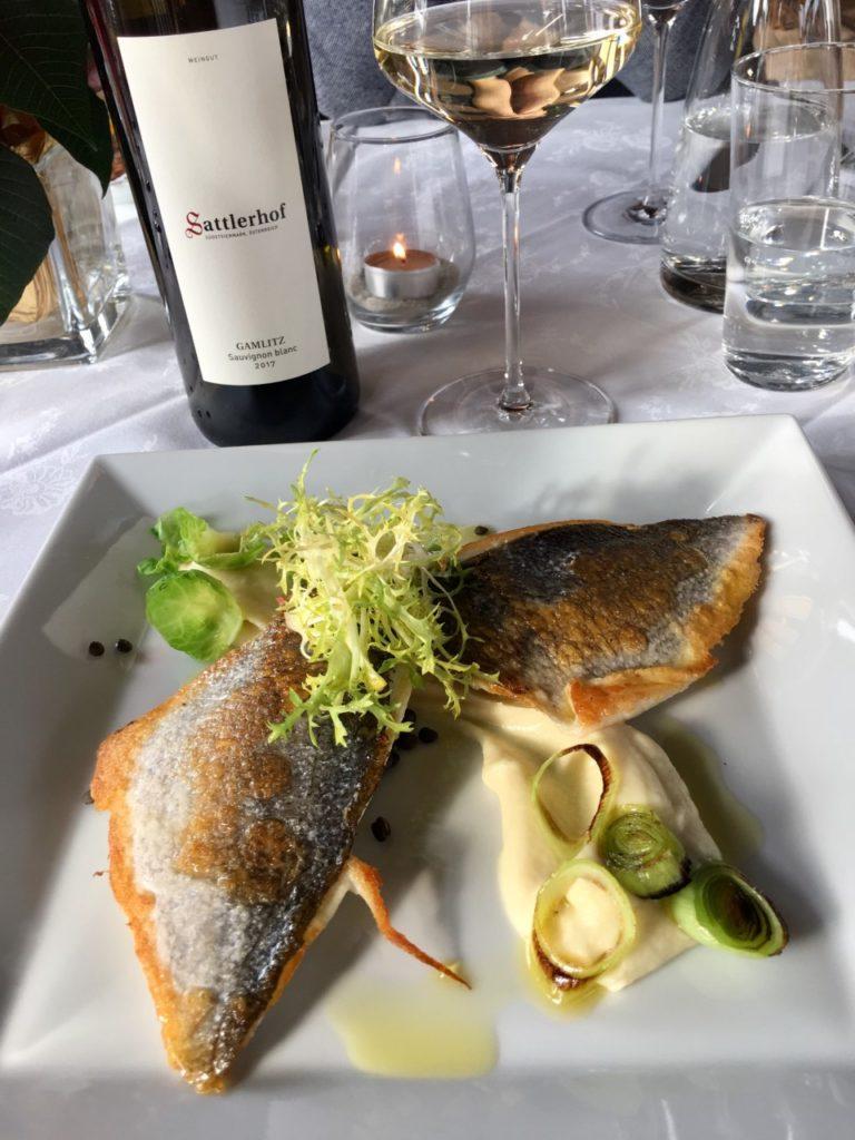 gebakken vis en een fles Sauvignon Blanc
