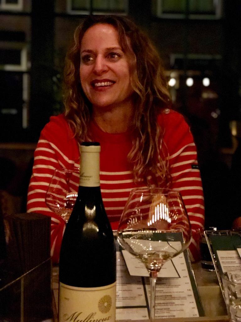 Wijnbars jureren: blije vrouw met fles