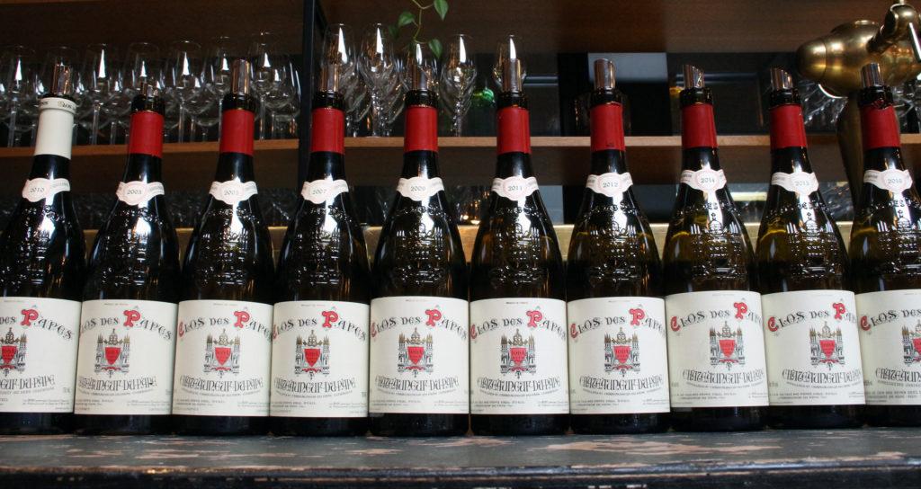 10 flessen Châteauneuf-du-Pape van Clos des Papes op een rij