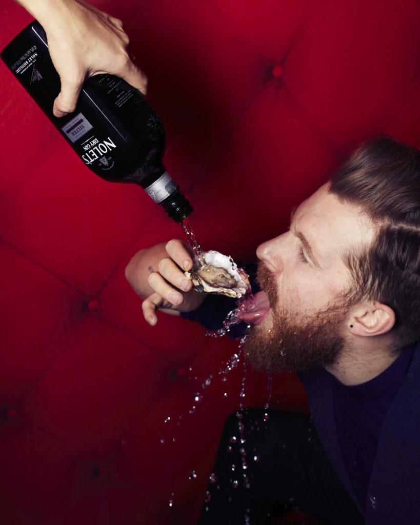 man slurpt gin en oesters op Valentijnsdag bij Bluespoon