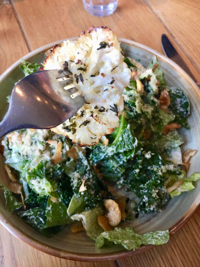 trend: Vegan Ceasar salad met boerenkool