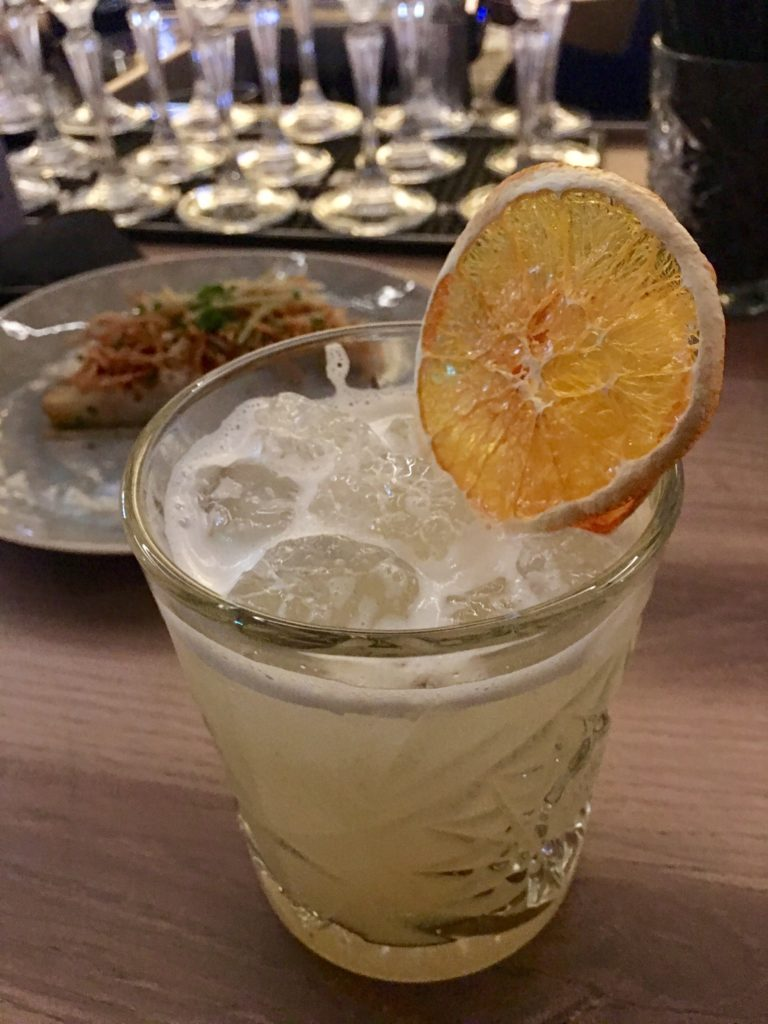 Whiskey Sour cocktail met hapje