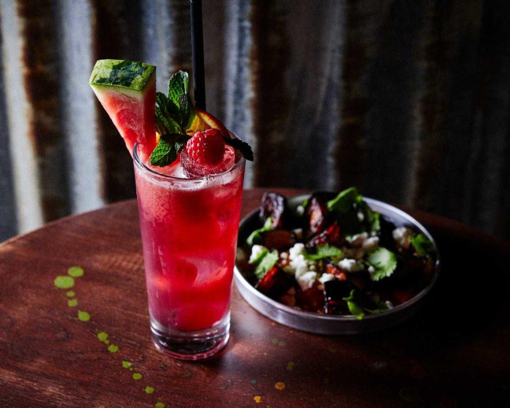 een kleurrijke cocktail met watermeloen