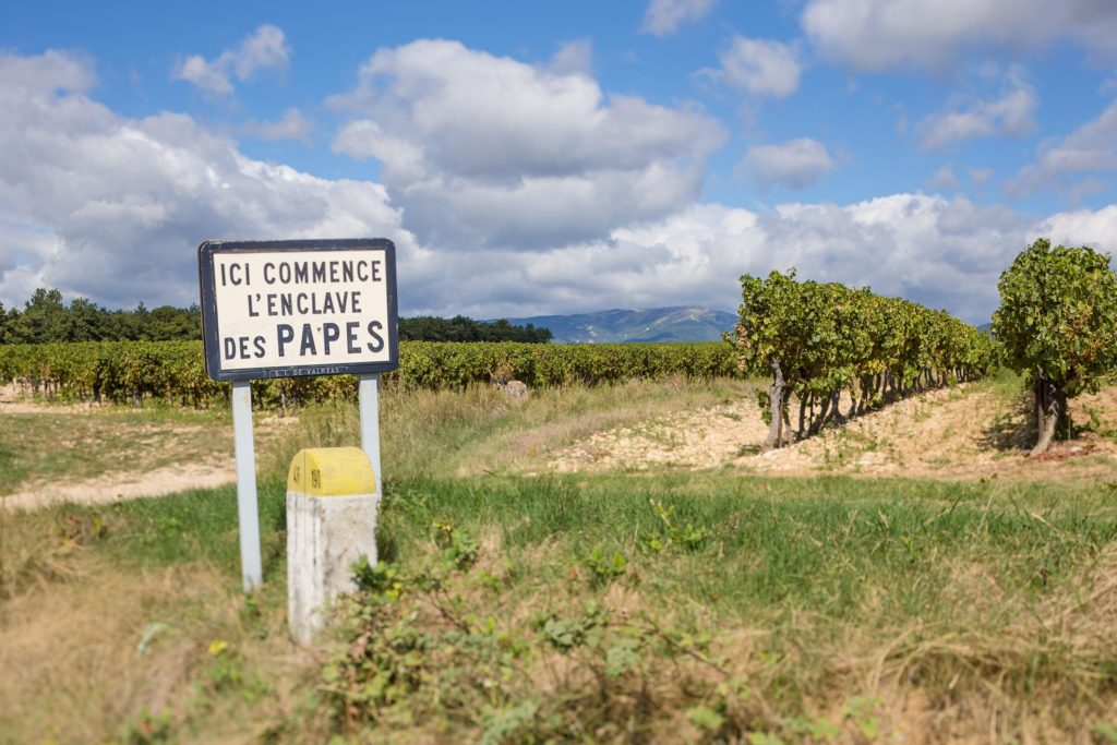 Bord in Châteauneuf-du-Pape met Papes erop