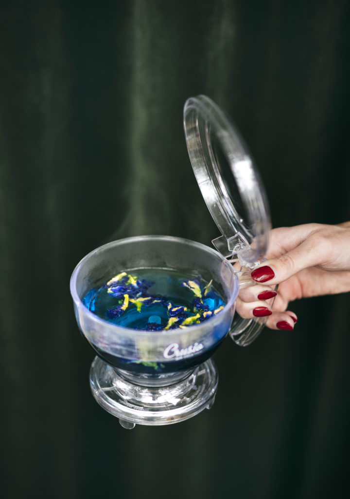 blauwe thee in een potje