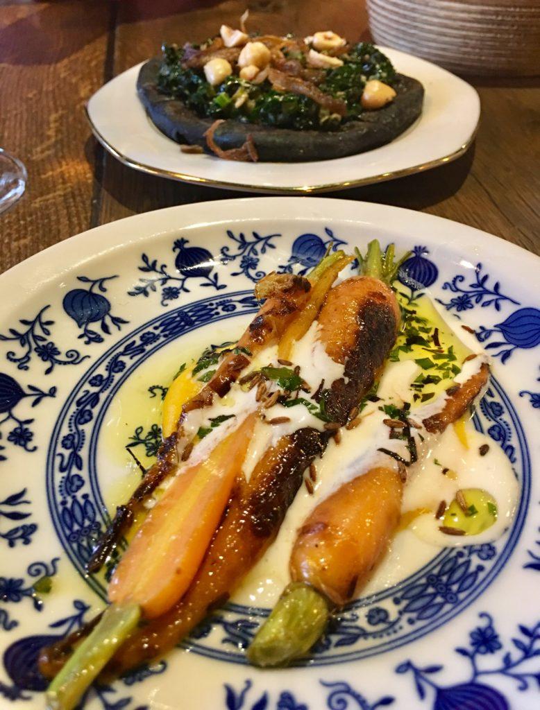 Zwart fleatbread en wortels bij restaurant Guts